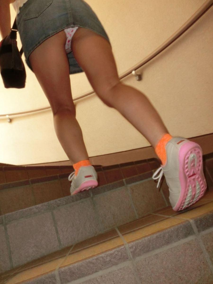 階段でパンチラを盗撮した素人パンチラ画像 45