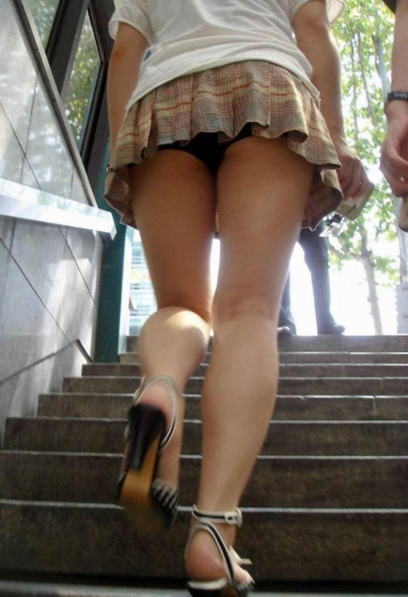 階段でパンチラを盗撮した素人パンチラ画像 46