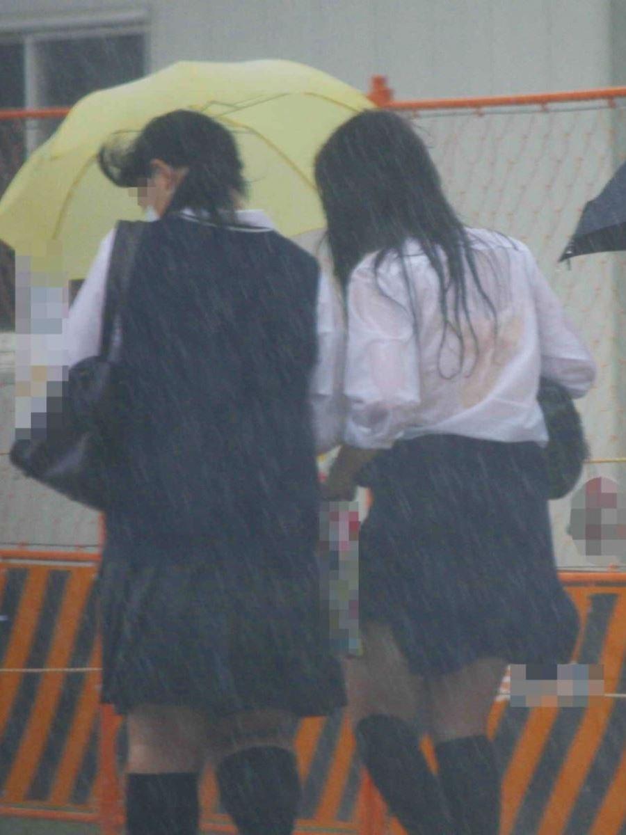 雨に濡れてブラジャー透けてるJKの濡れ透けエロ画像 1