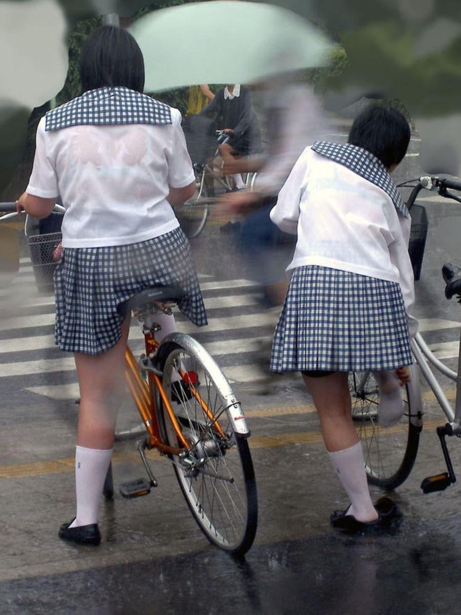 雨に濡れてブラジャー透けてるJKの濡れ透けエロ画像 11
