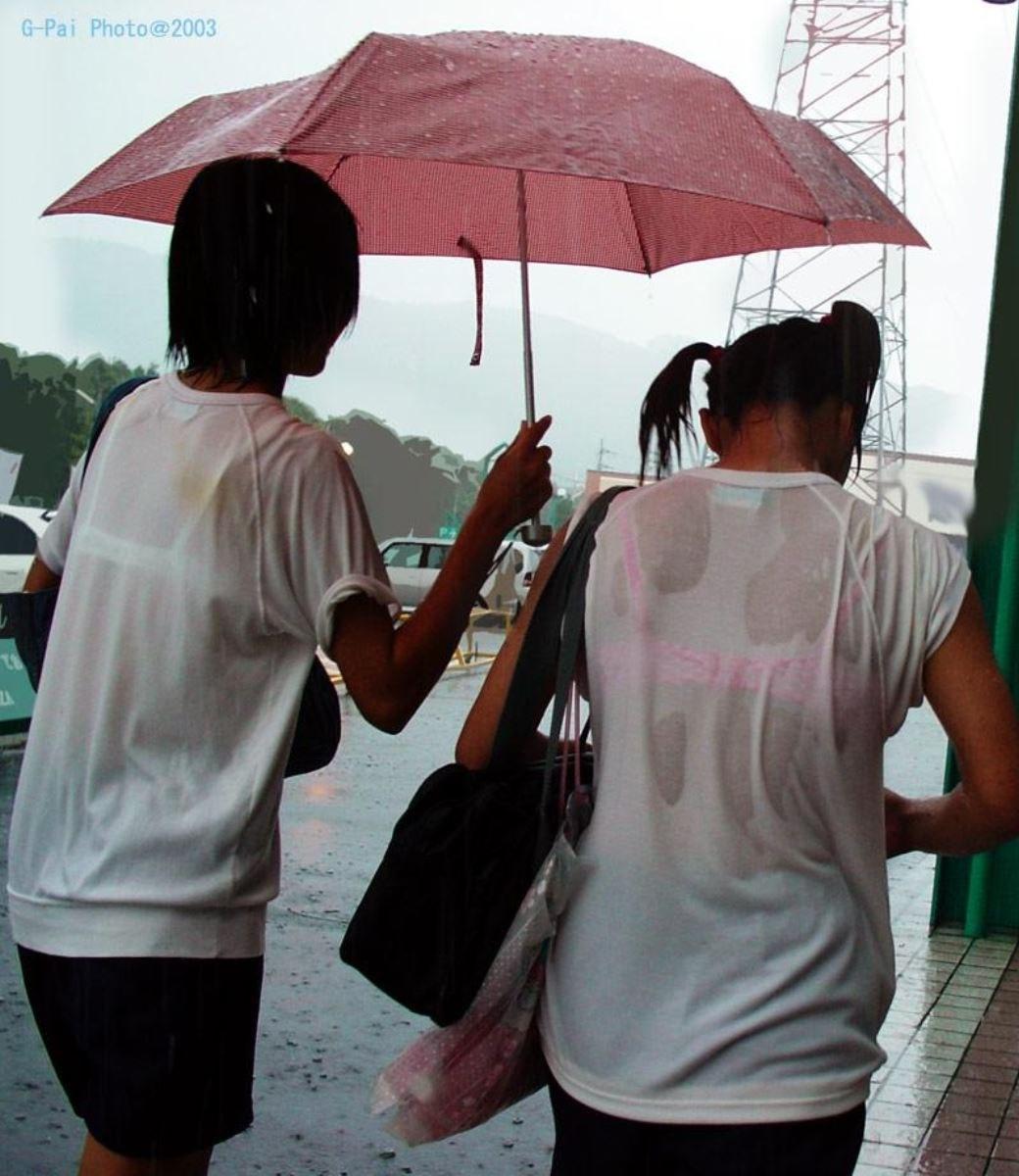 雨に濡れてブラジャー透けてるJKの濡れ透けエロ画像 13