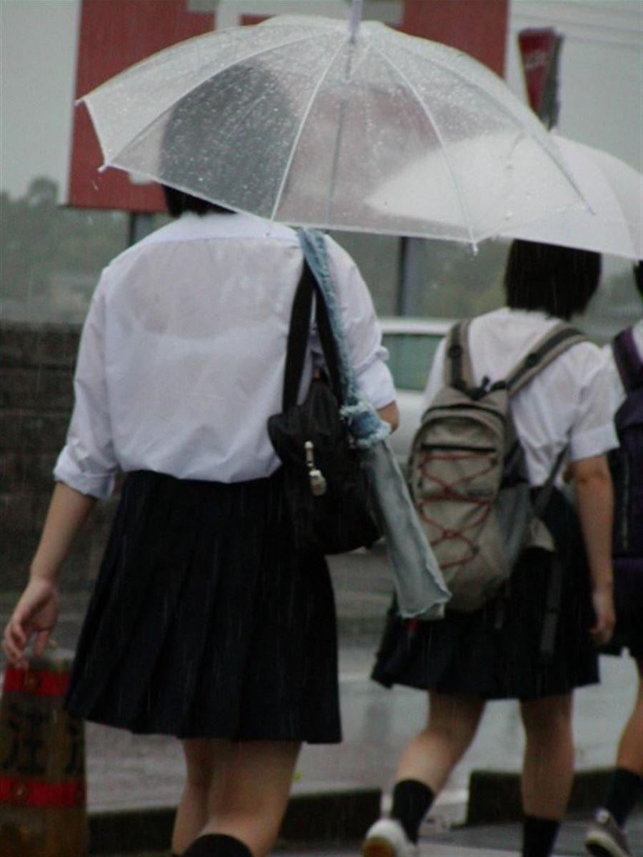 雨に濡れてブラジャー透けてるJKの濡れ透けエロ画像 14