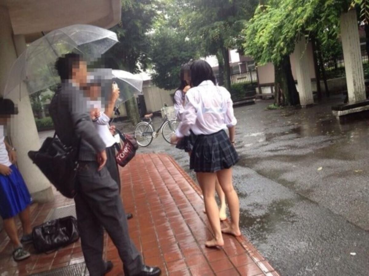 雨に濡れてブラジャー透けてるJKの濡れ透けエロ画像 16