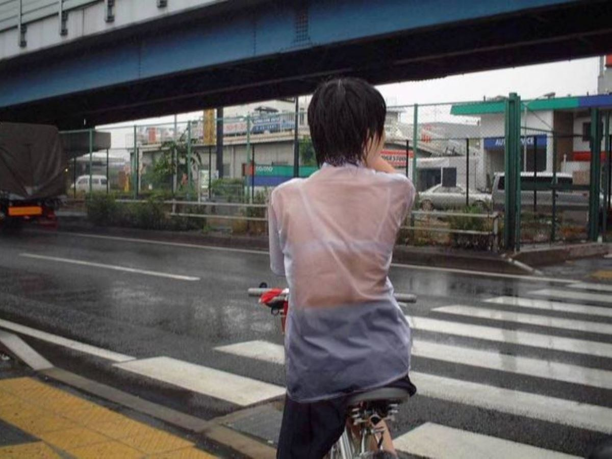 雨に濡れてブラジャー透けてるJKの濡れ透けエロ画像 24