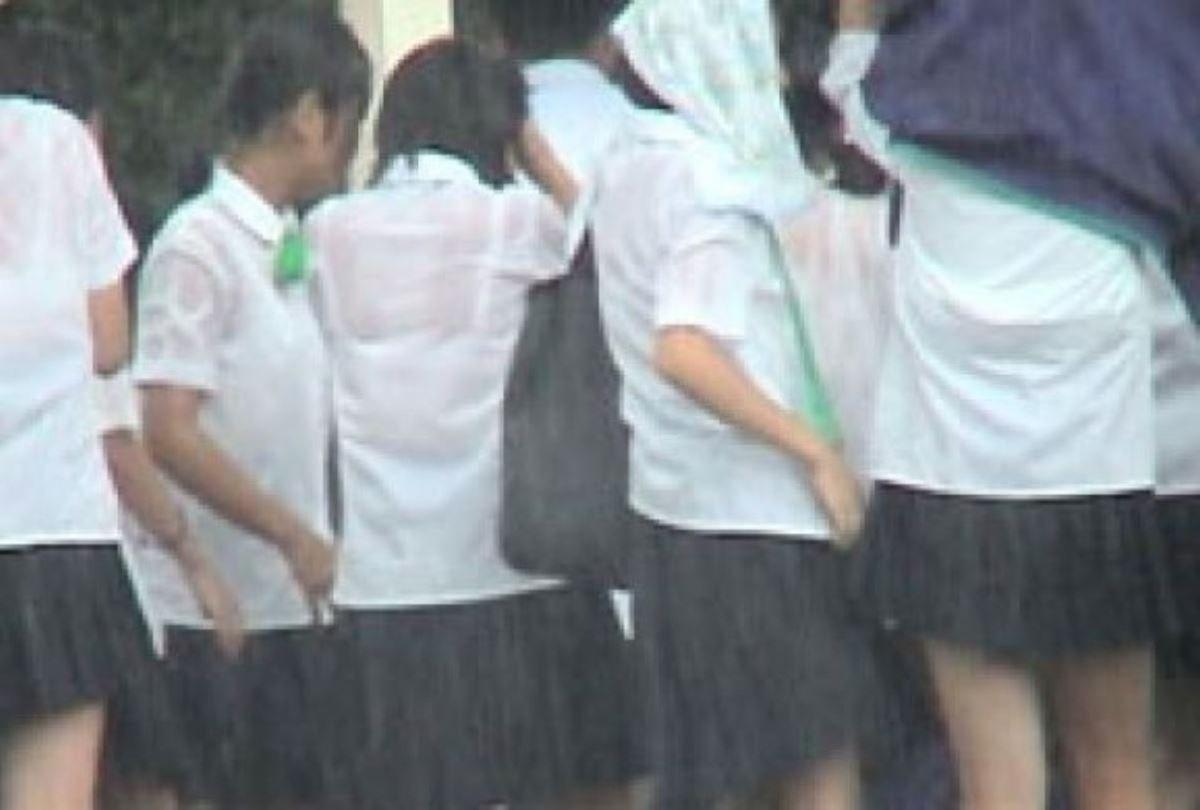 雨に濡れてブラジャー透けてるJKの濡れ透けエロ画像 29