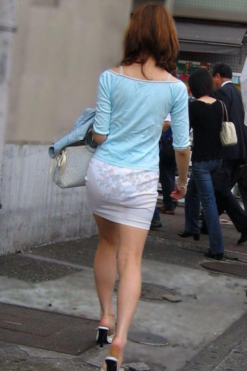 パンツの色柄までモロ透けなパン透けエロ画像