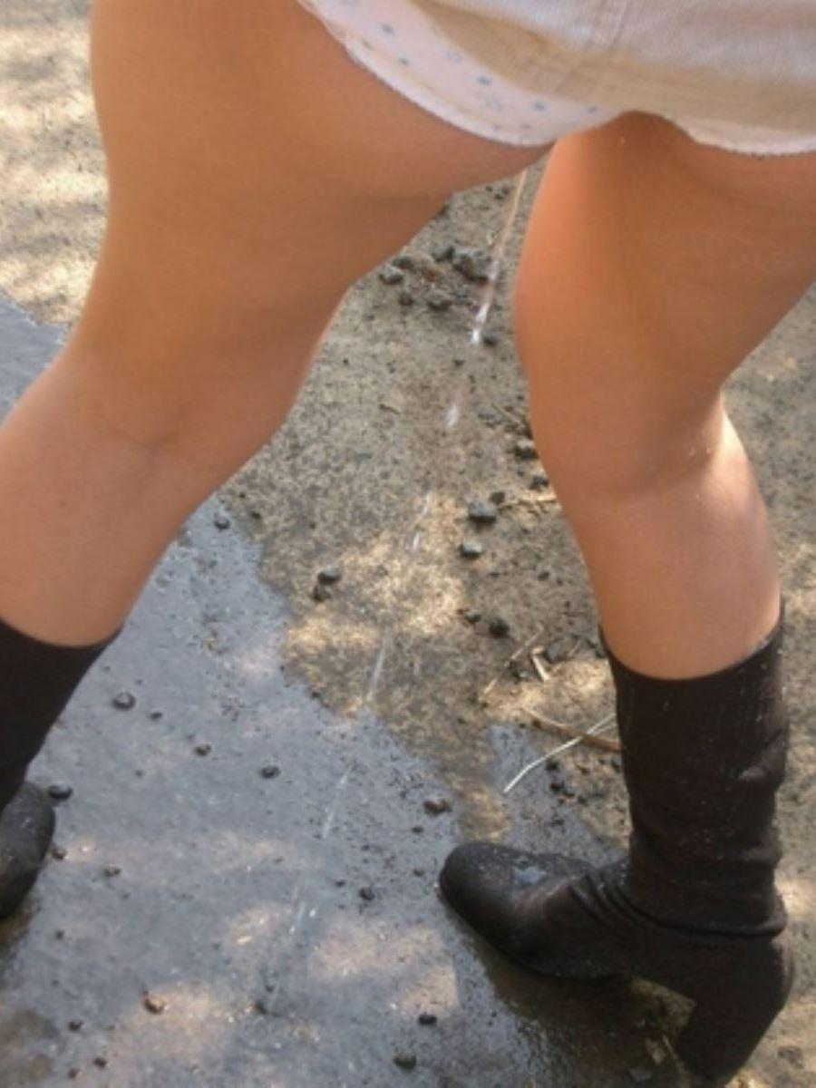 おしっ子を立ってやってる女の立ち小便画像 24