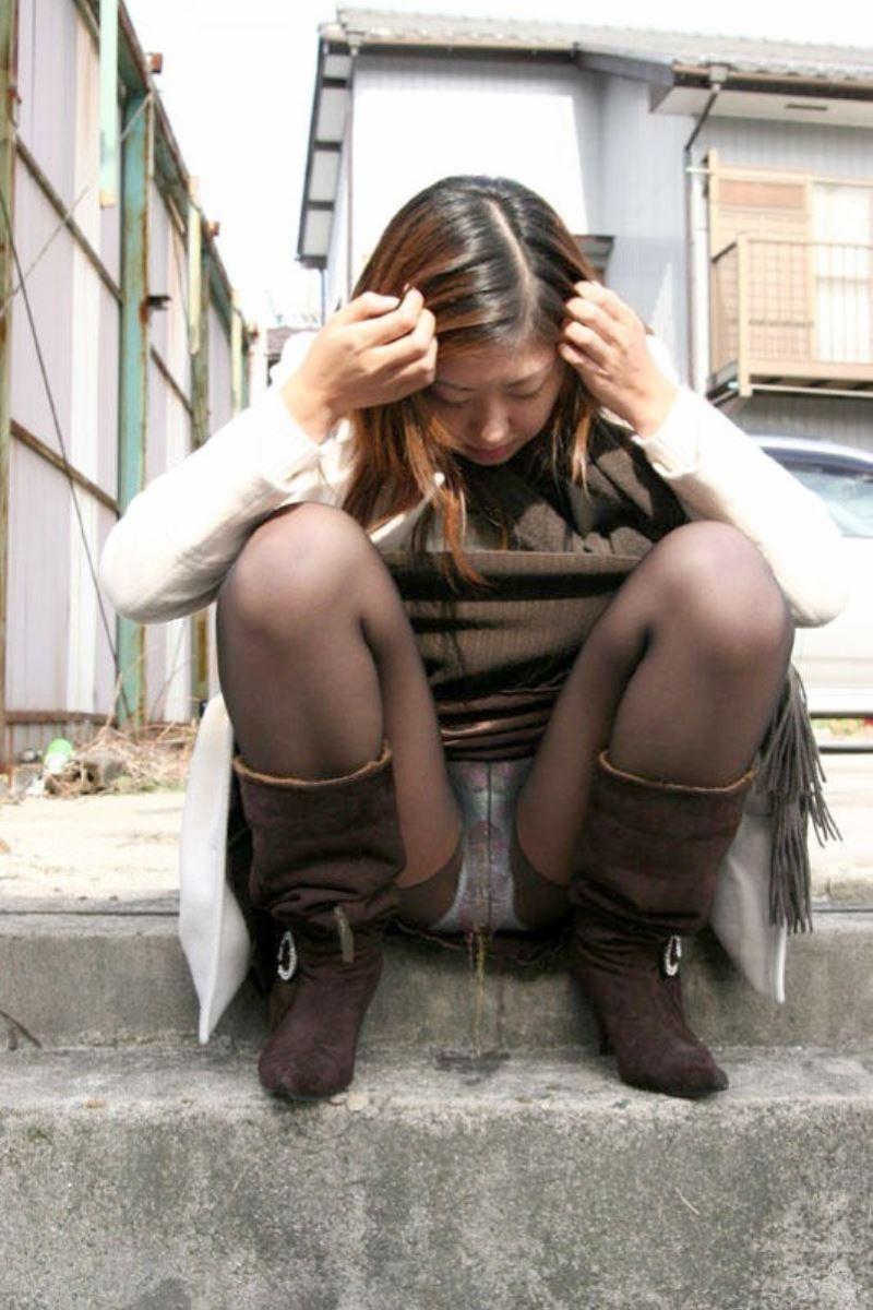 お漏らし?!女が屋外で小便してる野外おしっこ画像 18