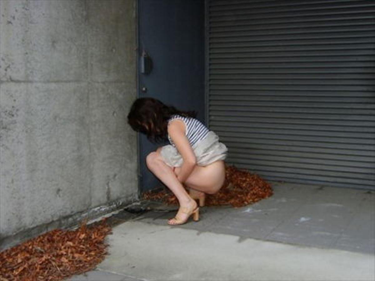 お漏らし?!女が屋外で小便してる野外おしっこ画像 46