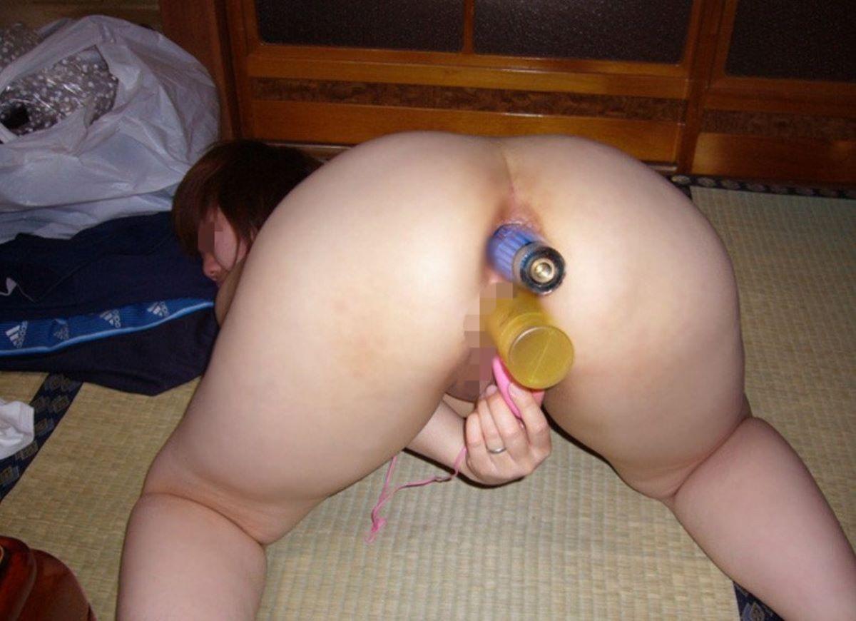 玩具を二穴挿入して二穴同時に二穴責めするエロ画像 31