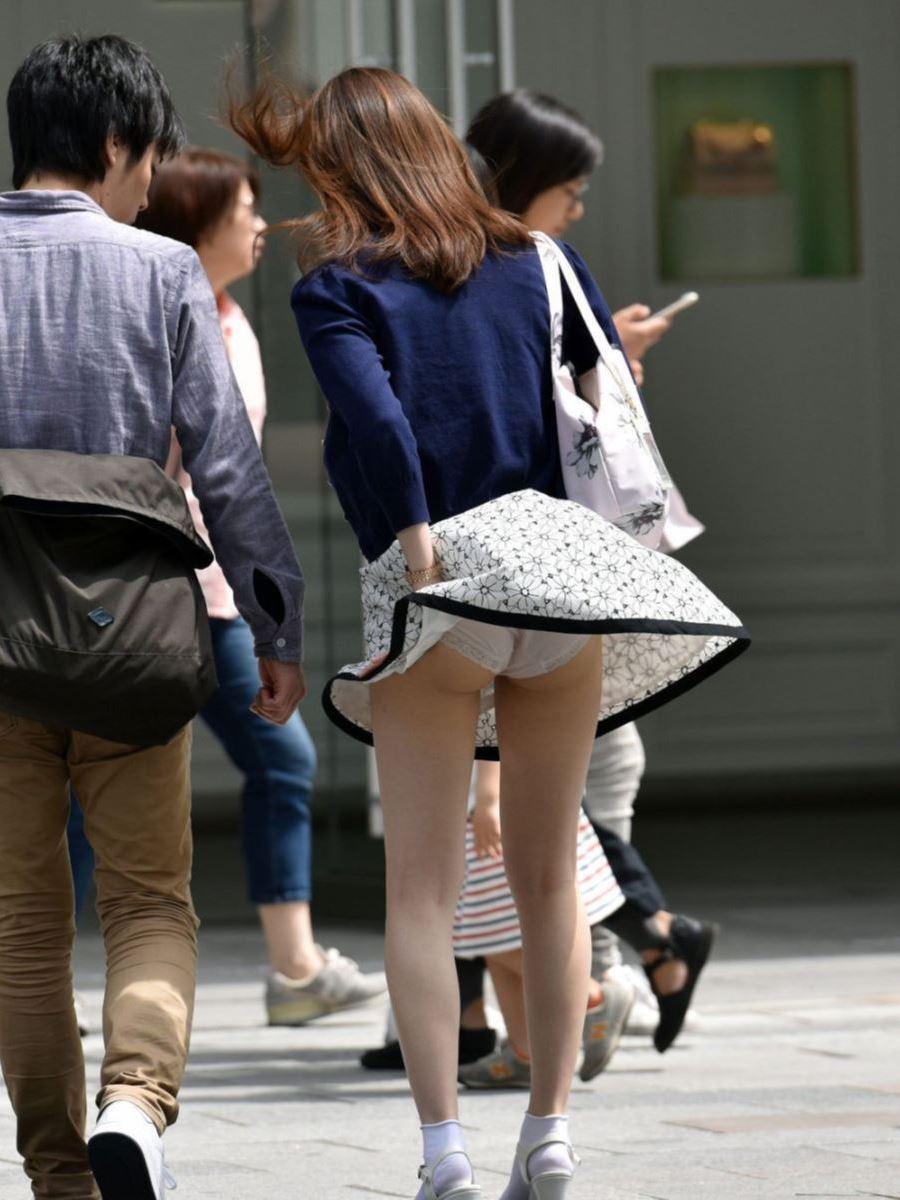 風パンチラ!!風でスカートひらりした街撮りパンチラ画像