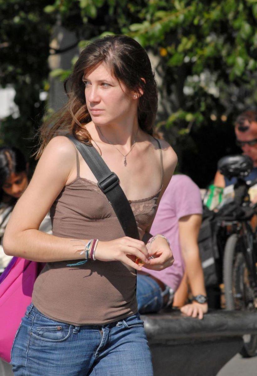 ノーブラ外国人の胸ポチ画像 11
