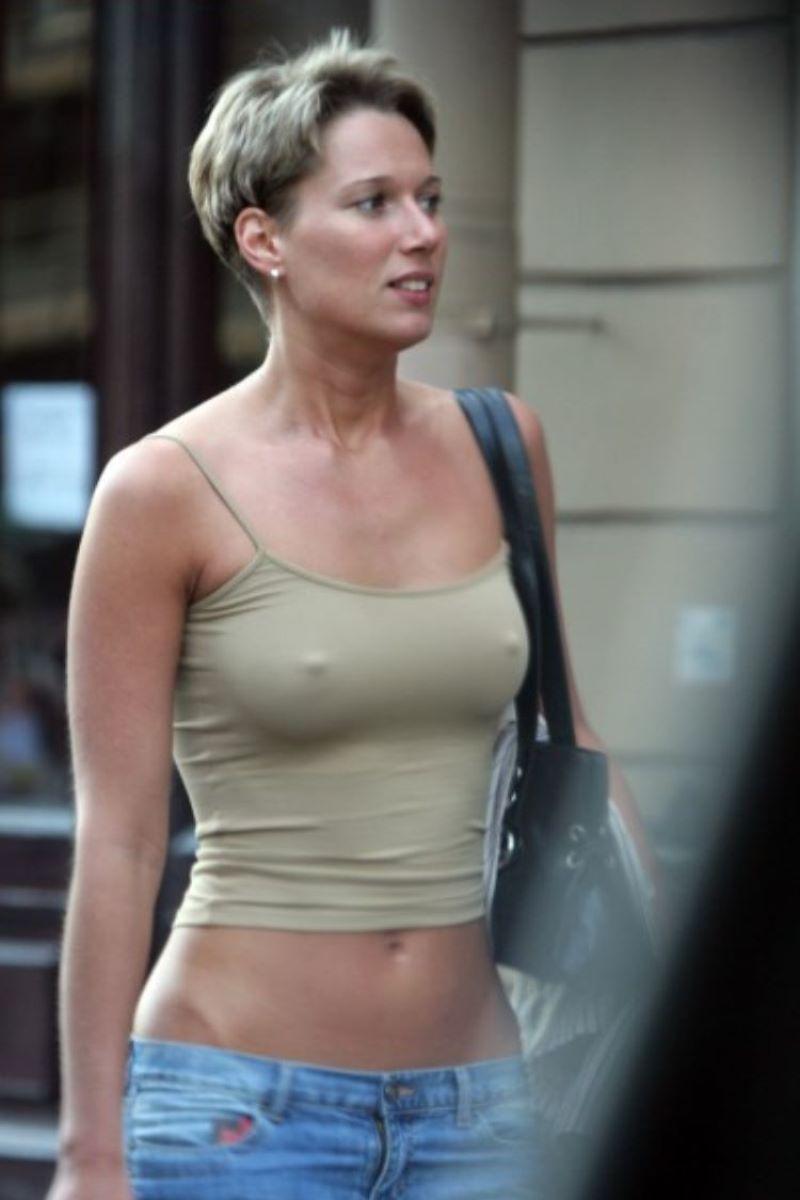 ノーブラ外国人の胸ポチ画像 50