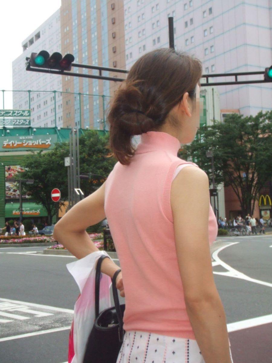 ブラ紐がチラリしてる素人街撮りブラチラ画像 1