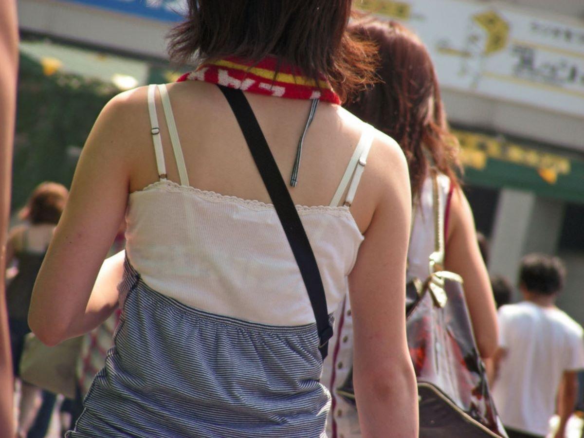ブラ紐がチラリしてる素人街撮りブラチラ画像 18