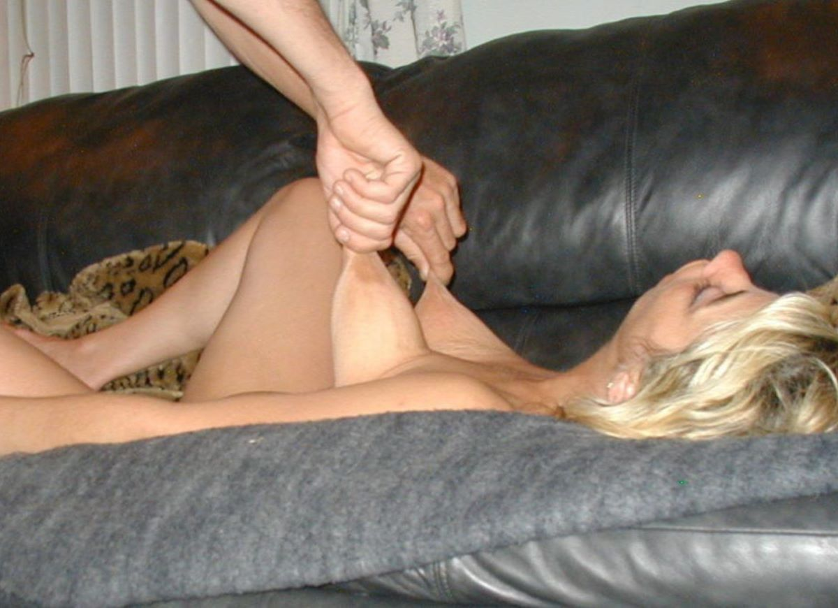 乳首を摘まんで引っ張る乳首責め画像 62