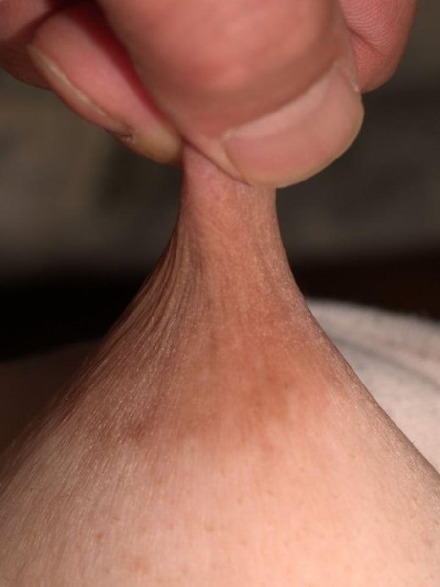 乳首を摘まんで引っ張る乳首責め画像 97