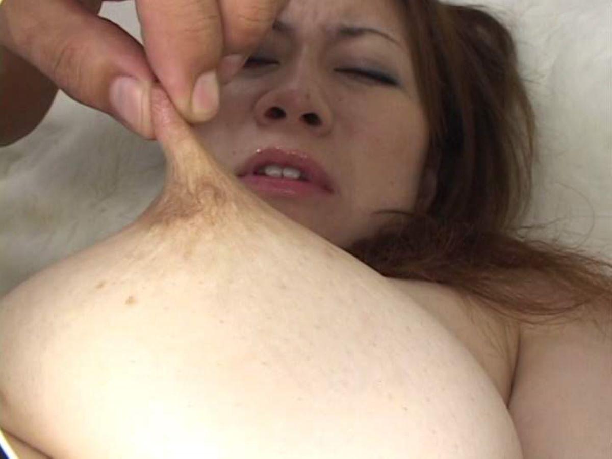 乳首を摘まんで引っ張る乳首責め画像 98