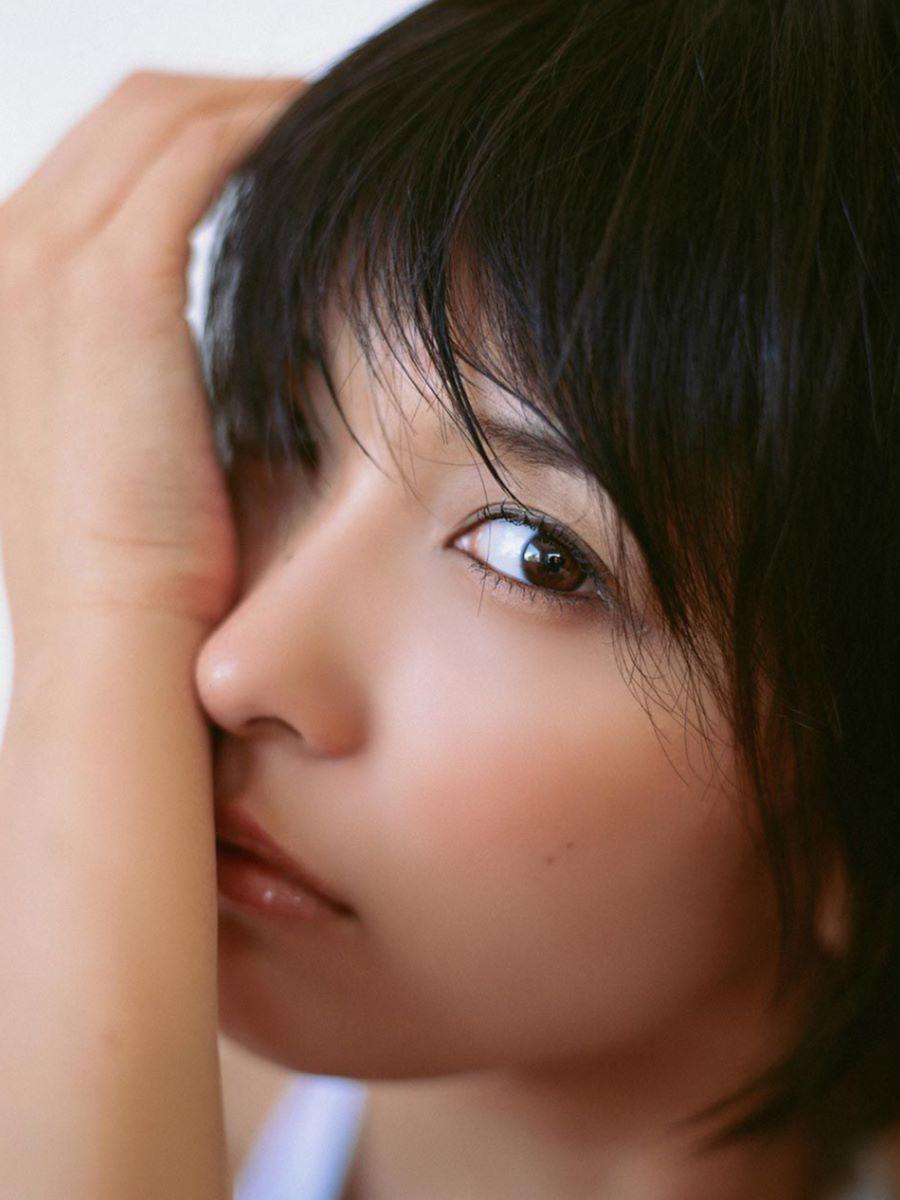 山崎真実がボーイッシュなショートヘアの水着画像 17