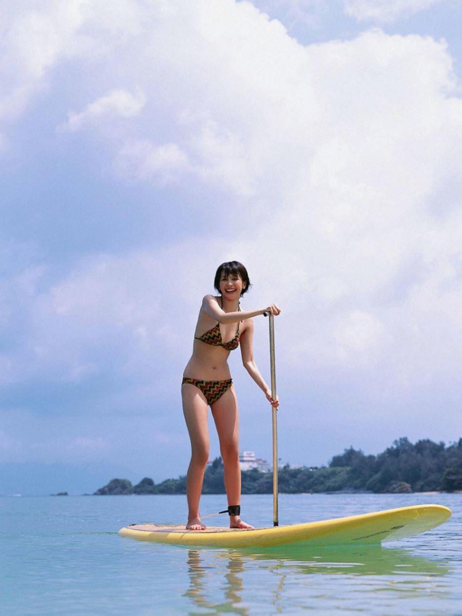 山崎真実がボーイッシュなショートヘアの水着画像 30