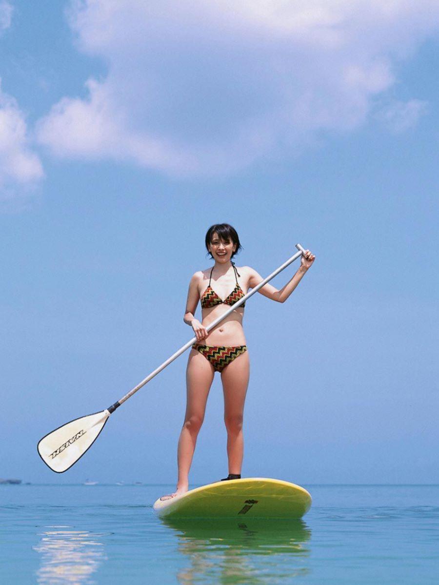 山崎真実がボーイッシュなショートヘアの水着画像 31