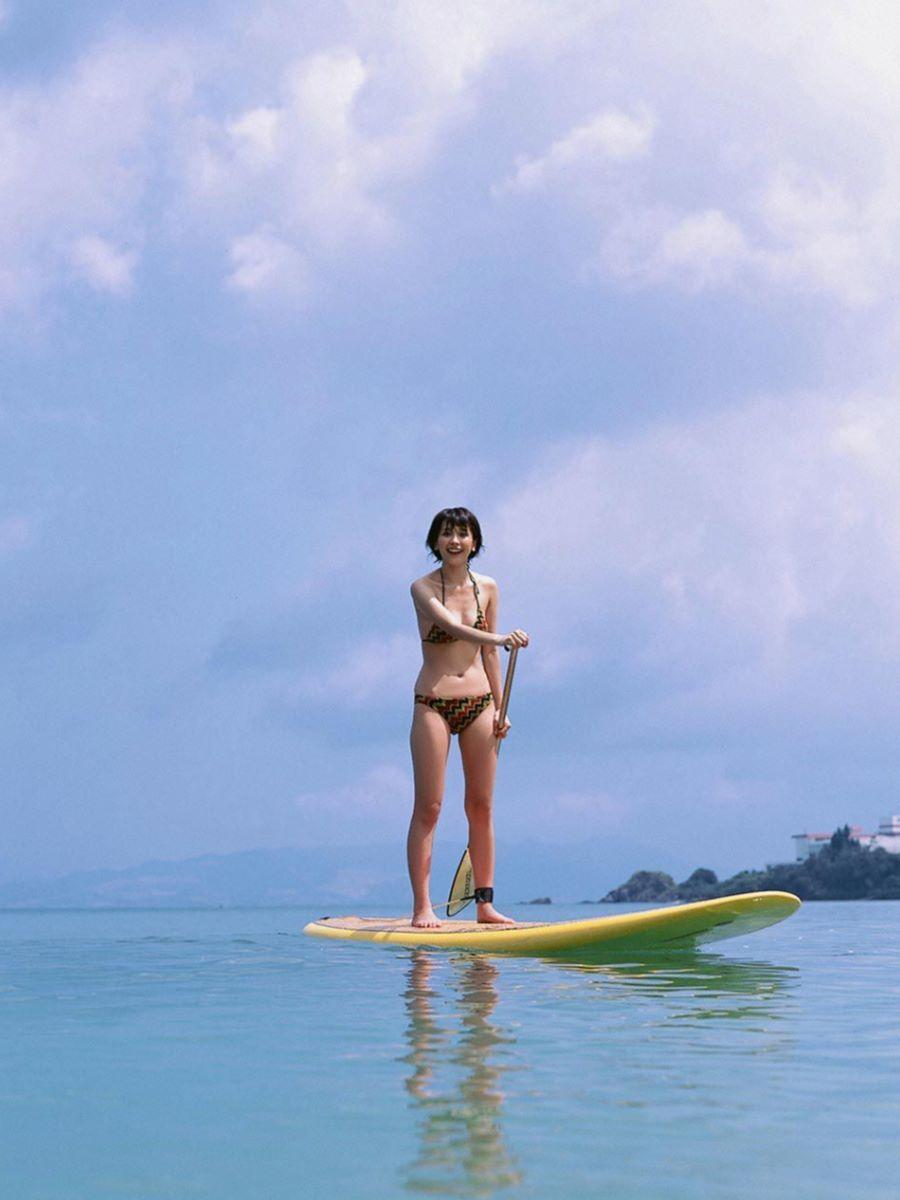 山崎真実がボーイッシュなショートヘアの水着画像 32