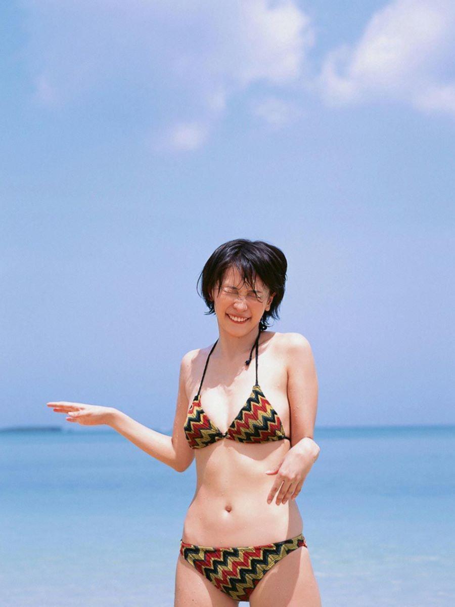 山崎真実がボーイッシュなショートヘアの水着画像 33