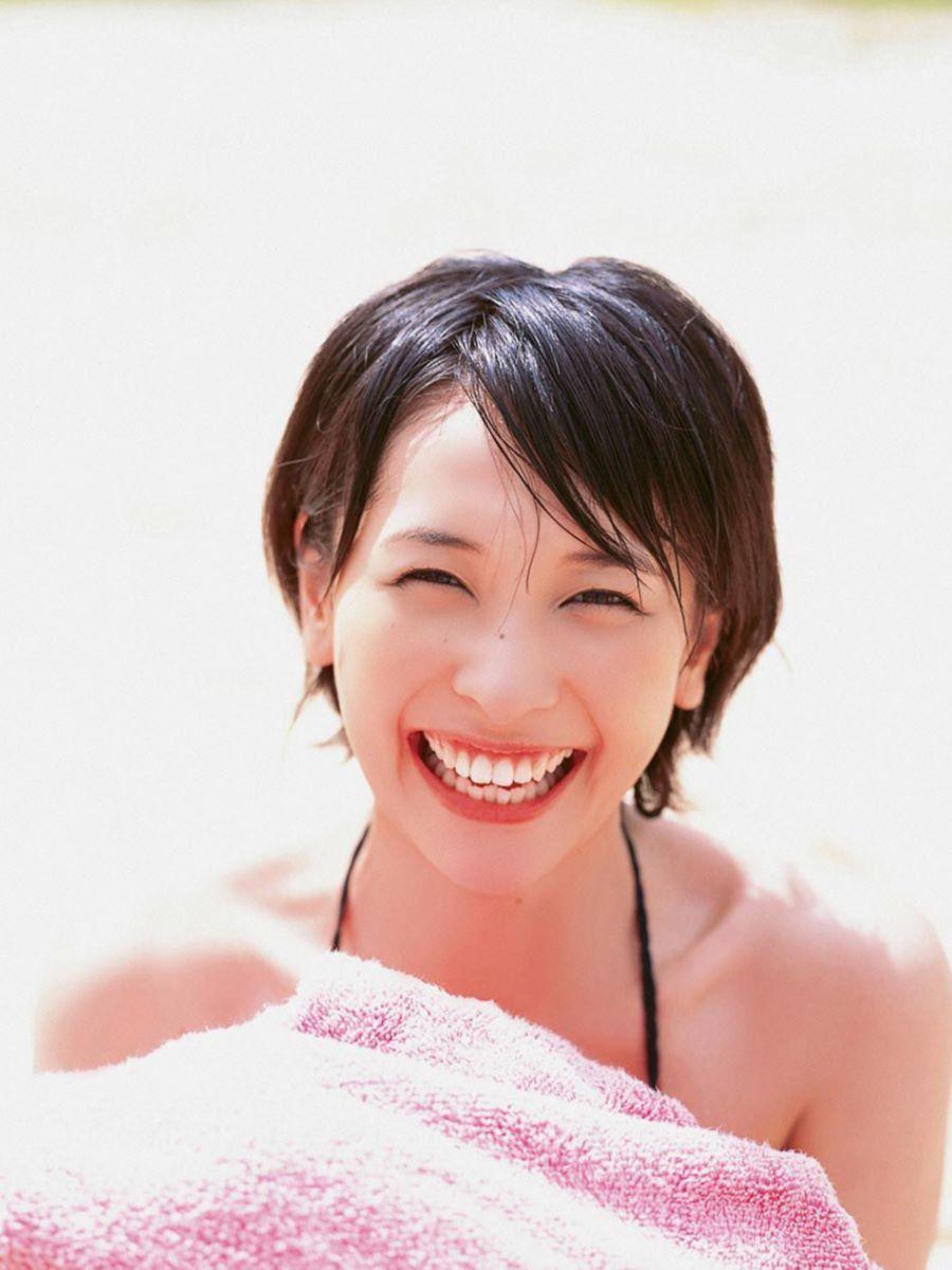 山崎真実がボーイッシュなショートヘアの水着画像 38