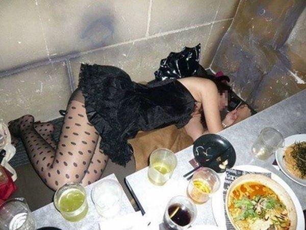 忘年会でハメを外し過ぎた女の泥酔画像 1