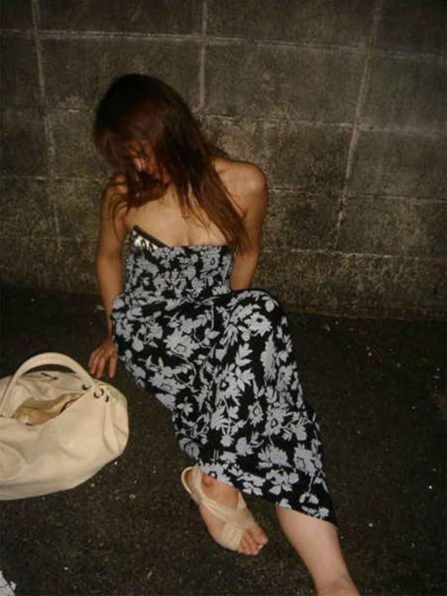 路上や電車で爆睡している泥酔した女のエロ画像 1