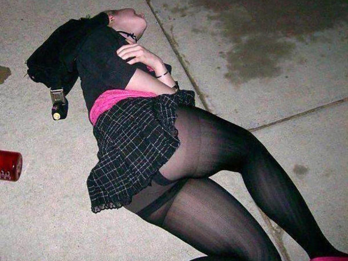 路上や電車で爆睡している泥酔した女のエロ画像 5