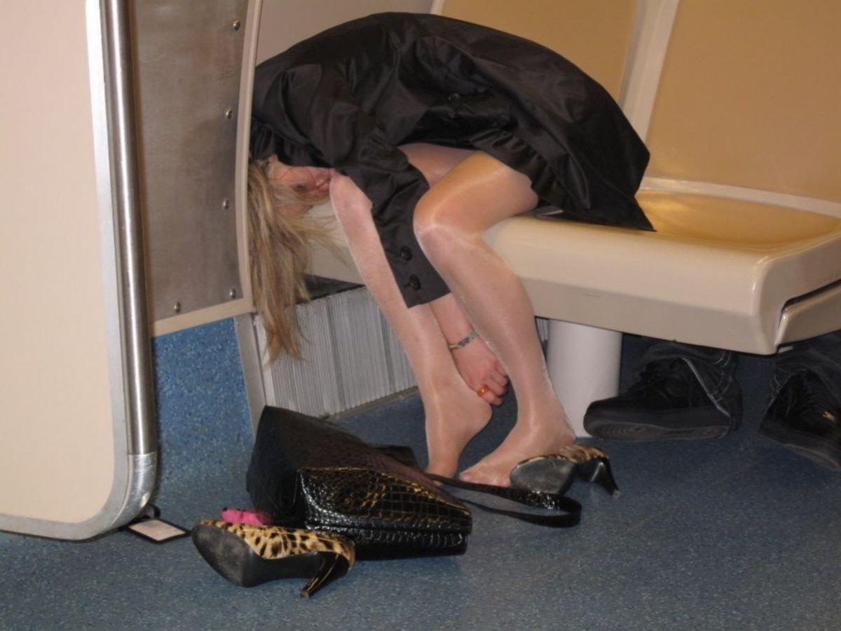 路上や電車で爆睡している泥酔した女のエロ画像 9