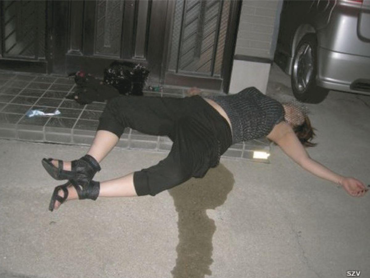 路上や電車で爆睡している泥酔した女のエロ画像 10