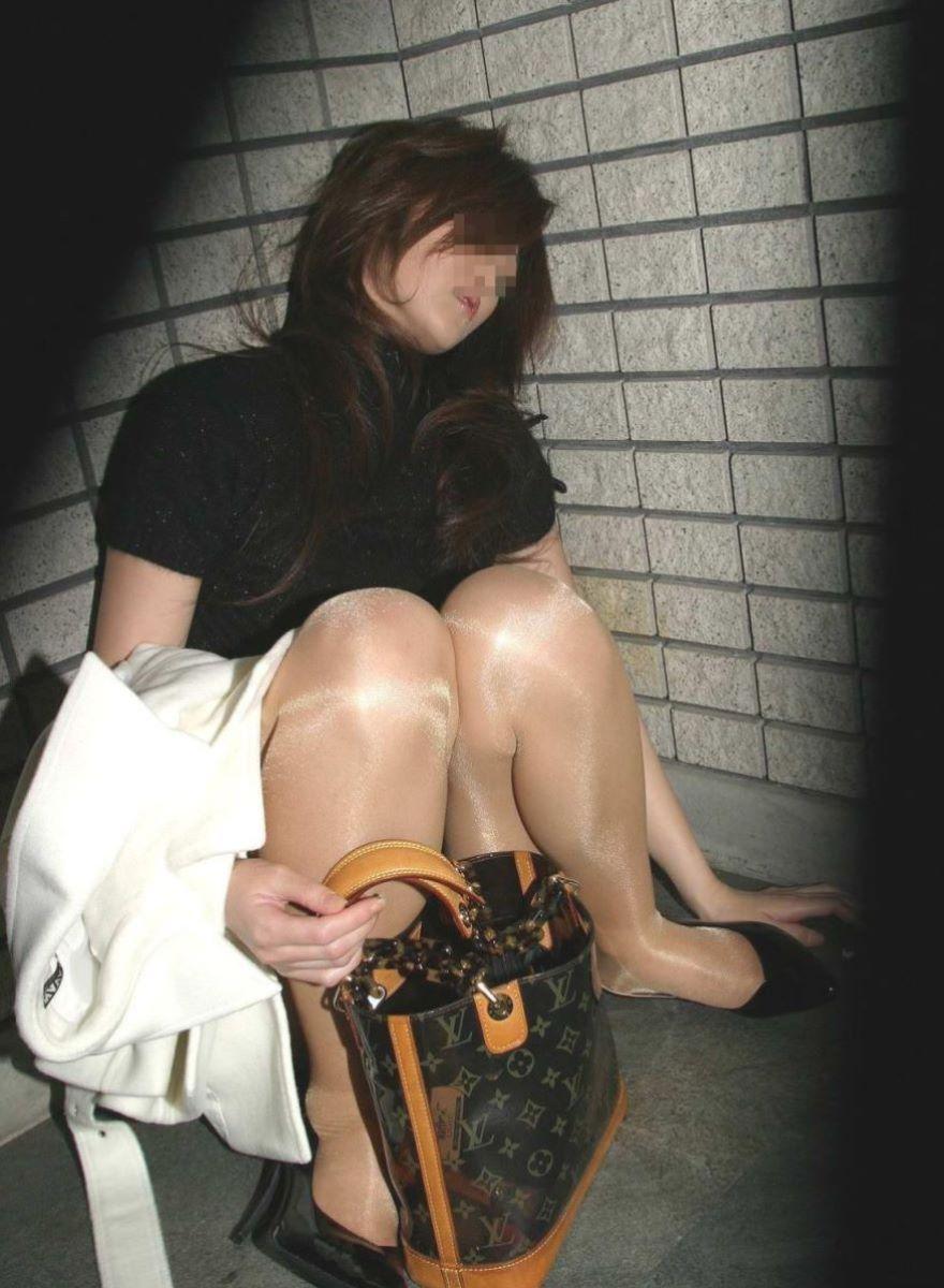 路上や電車で爆睡している泥酔した女のエロ画像 11