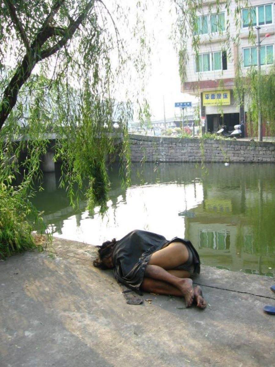 路上や電車で爆睡している泥酔した女のエロ画像 13