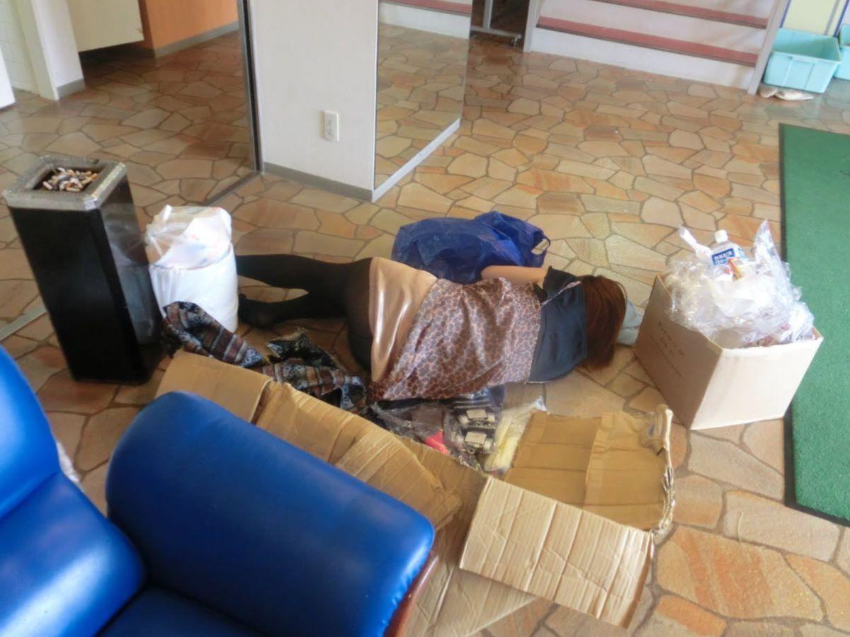 路上や電車で爆睡している泥酔した女のエロ画像 18