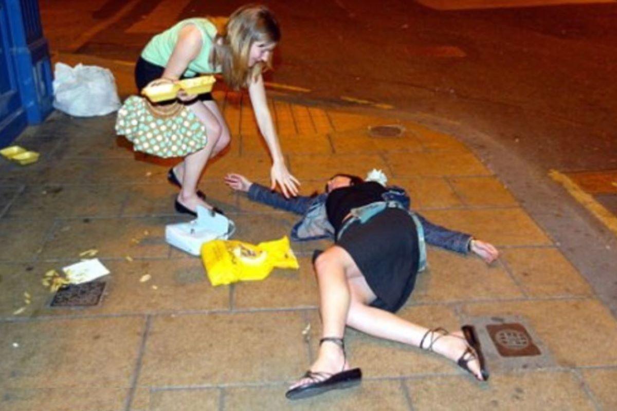 路上や電車で爆睡している泥酔した女のエロ画像 20