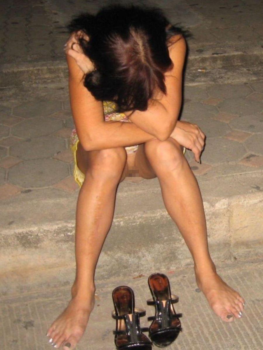 路上や電車で爆睡している泥酔した女のエロ画像 22