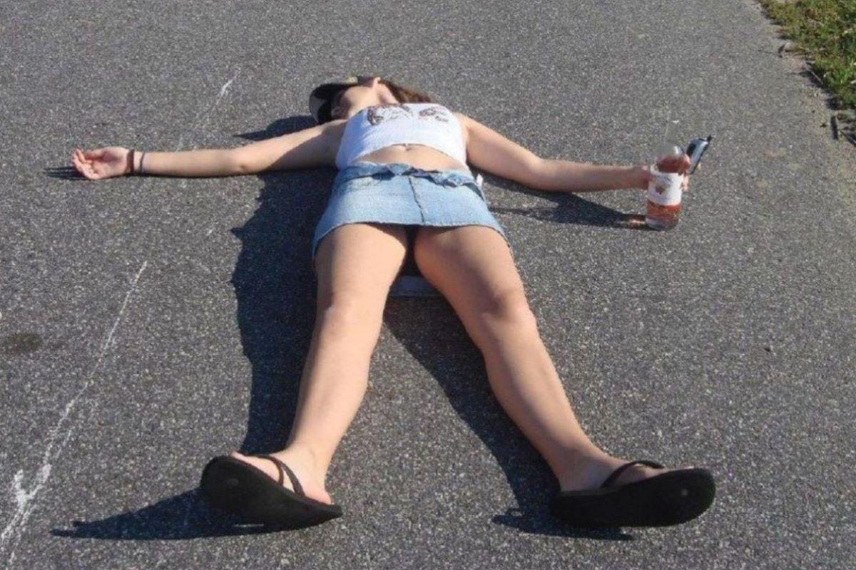 路上や電車で爆睡している泥酔した女のエロ画像 23