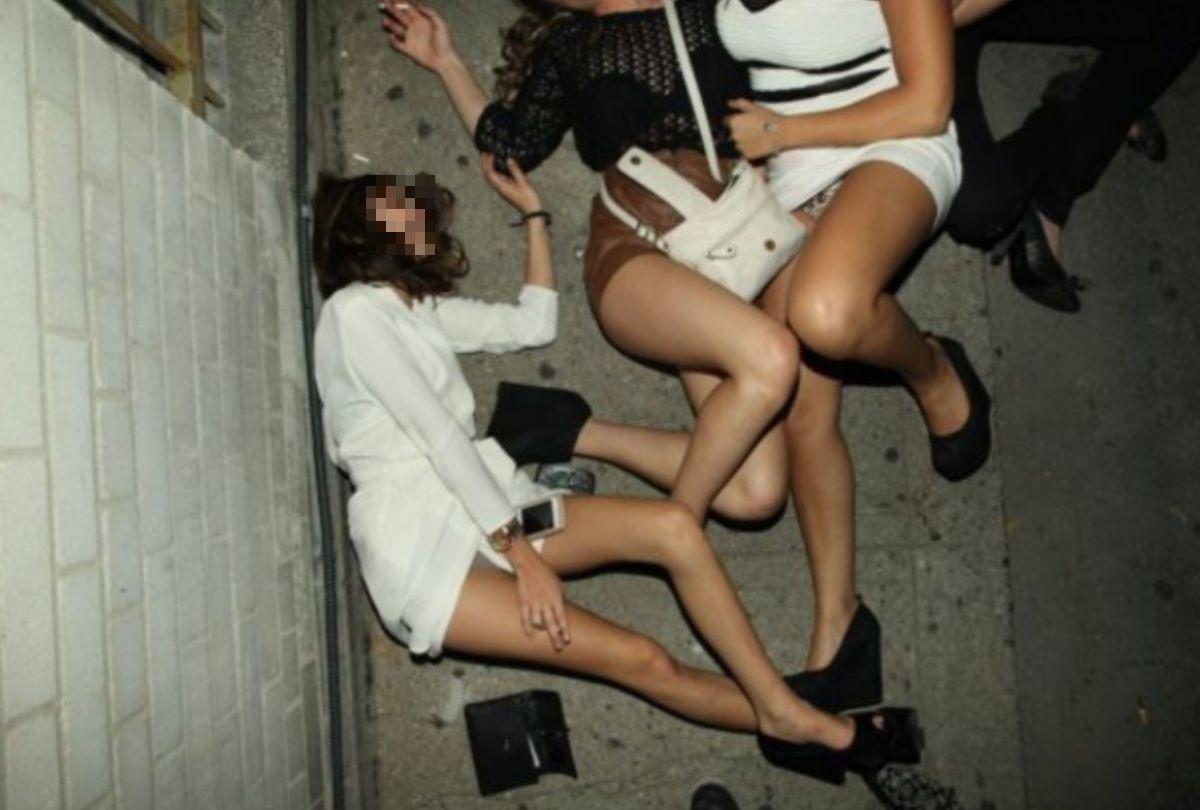 路上や電車で爆睡している泥酔した女のエロ画像 27
