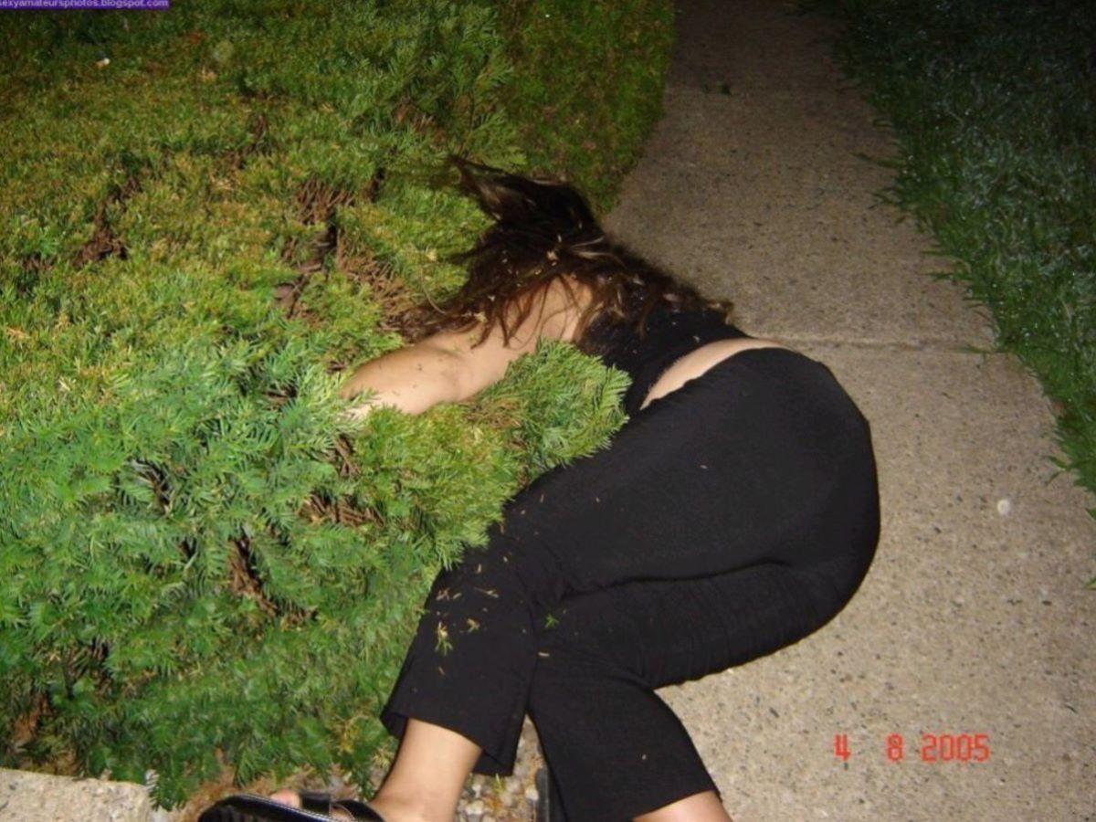 路上や電車で爆睡している泥酔した女のエロ画像 28