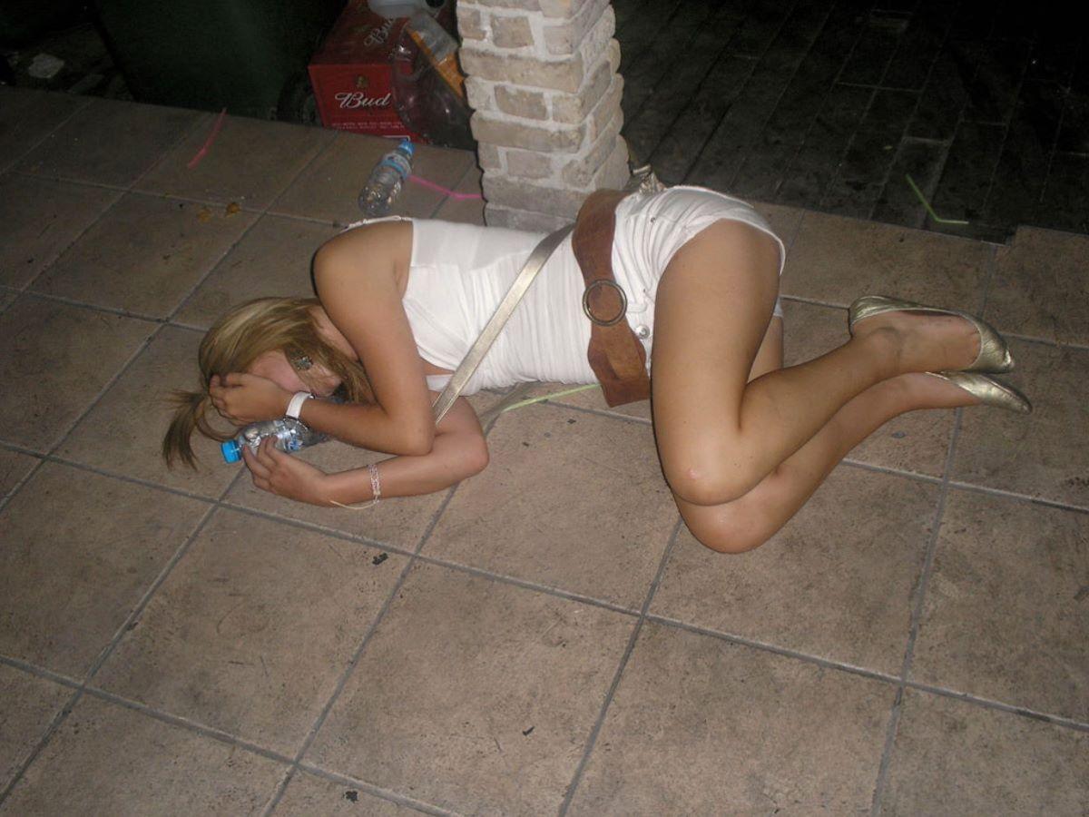 路上や電車で爆睡している泥酔した女のエロ画像 29