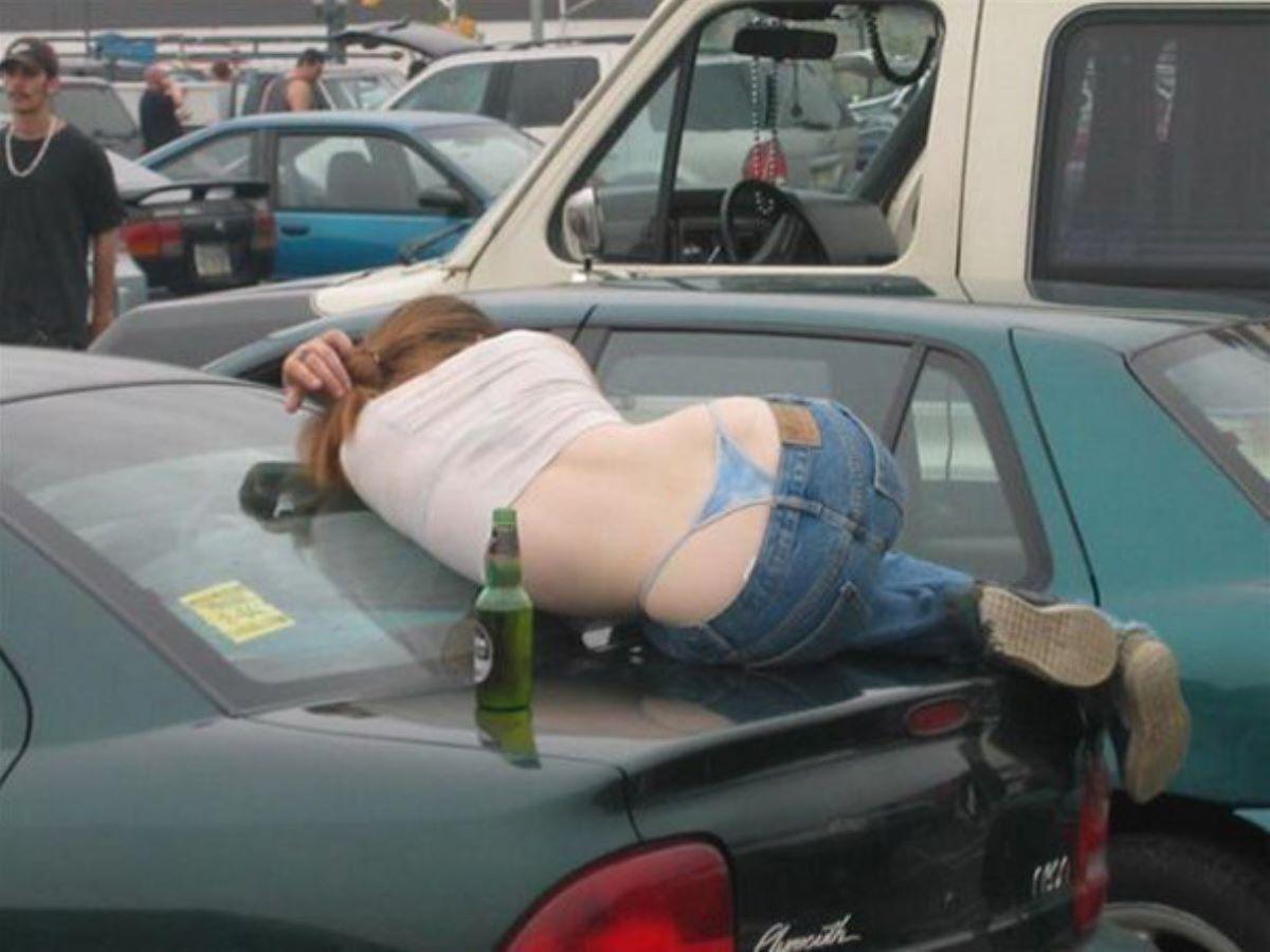 路上や電車で爆睡している泥酔した女のエロ画像 30
