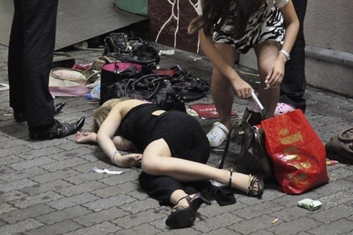 路上や電車で爆睡している泥酔した女のエロ画像 33
