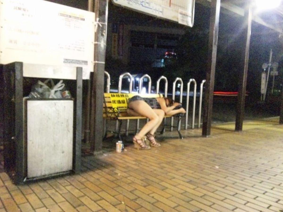 路上や電車で爆睡している泥酔した女のエロ画像 34