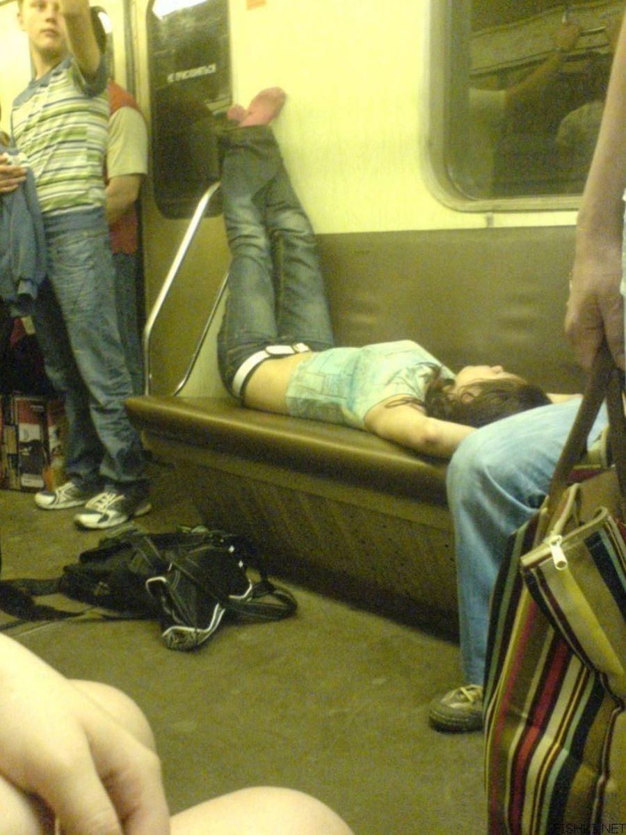 路上や電車で爆睡している泥酔した女のエロ画像 35