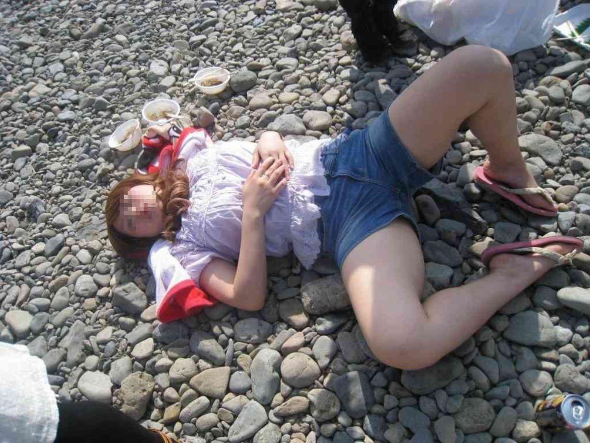 路上や電車で爆睡している泥酔した女のエロ画像 36