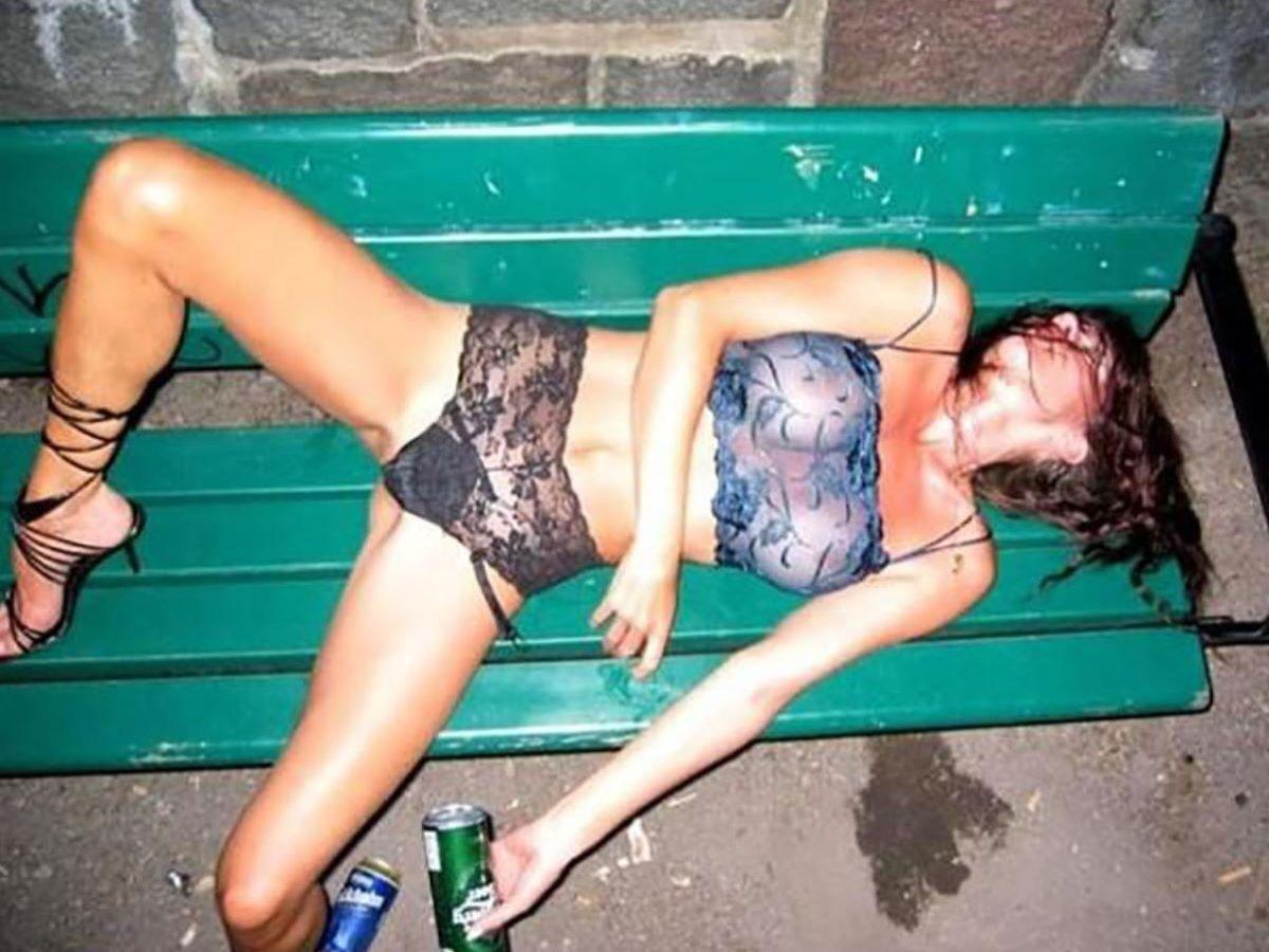 路上や電車で爆睡している泥酔した女のエロ画像 38
