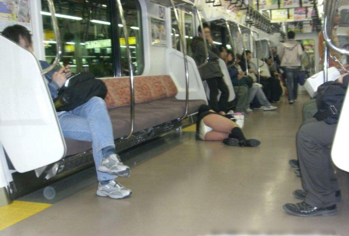 路上や電車で爆睡している泥酔した女のエロ画像 41