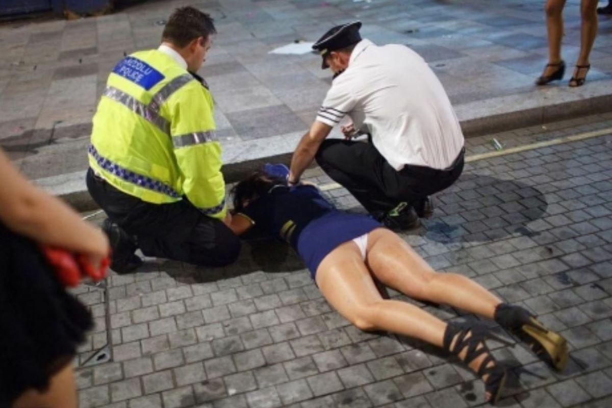 路上や電車で爆睡している泥酔した女のエロ画像 42
